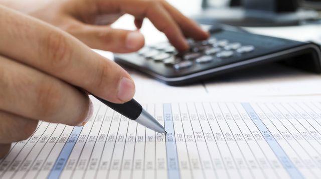 palestra de vendas, pessoa com calculadora e caneta fazendo anotações